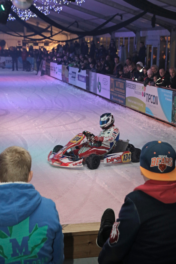 Coureur Jordi van Moorsel uit Boekel sloot Uden on Ice af met een demonstratie op het ijs.