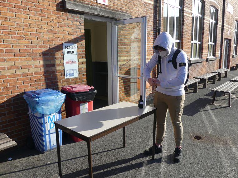 Alvorens de gebouwen te betreden moeten de leerlingen de handen ontsmetten.