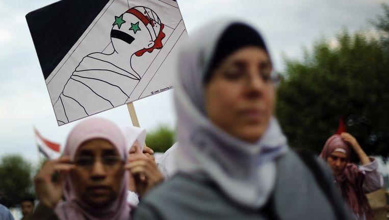 Protesterende vrouwen gisteren, tegen het regime van Assad. Beeld afp