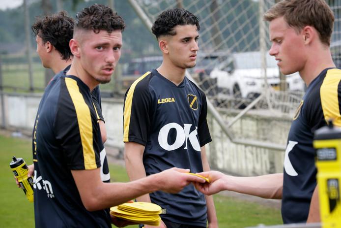 Skender Loshi (links) in zijn tijd bij Jong NAC op de training in Breda.
