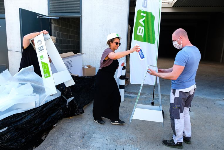 BVI, ontwikkelaar van bedrijvenpark Gate 7 te Kontich, deelt handgel uit aan de bedrijven die een gebouw gekocht hebben op de site.
