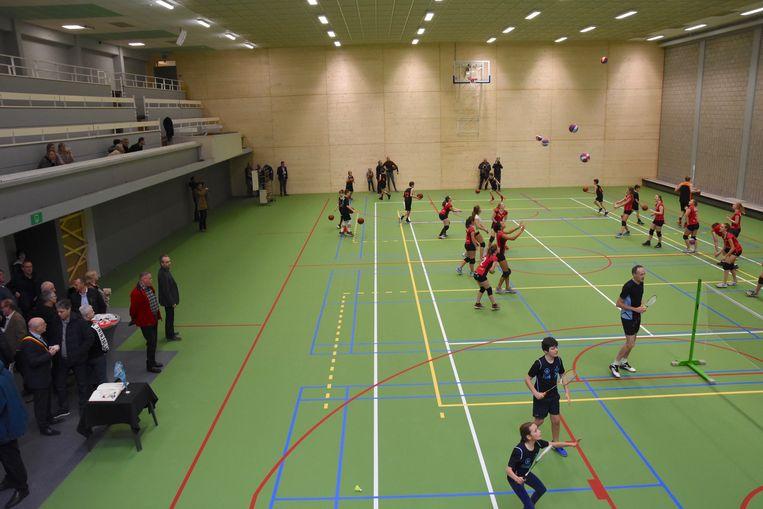 In de nieuwe sportzaal kun je volleyballen, basketten, badmintonnen en tennissen.