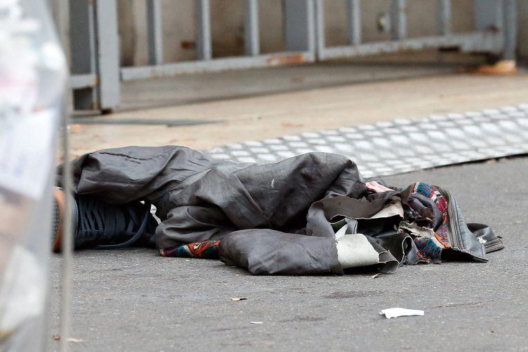 Persoonlijke spullen zijn achtergelaten door een vluchtende concertbezoeker bij de ingang van concertzaal Bataclan. Beeld afp