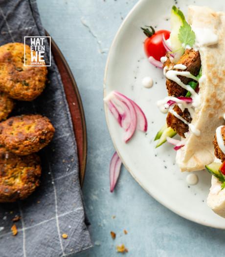 Wat Eten We Vandaag: Falafelsandwich met tahindressing