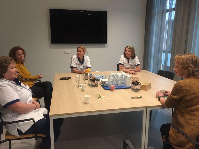 De verpleegkundigen die familieleden van coronapatiënten begeleiden praten de emoties van zich af. V.l.n.r. Lisette, Chantal, Marieke, Nelly en verpleegkundig specialist psychiatrie Rianne van Gool Beeld Willem Feenstra