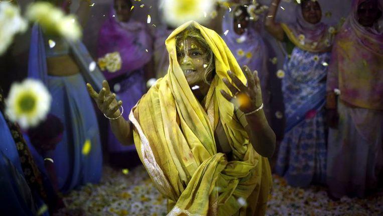 Een jonge weduwe viert Holi in Vrindavan. Beeld reuters