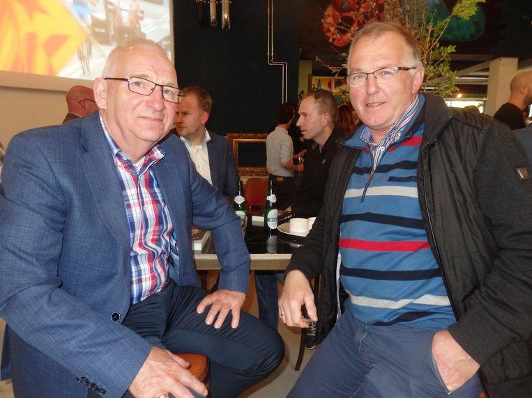 Speaker Andries Nieuwenhuis, Fries fenomeen, en Albert Helfrich, voorzitter wielercomité Surhuisterveen. Beeld Schuim