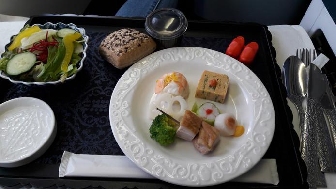 Het Japanse voorgerecht op de menukaart: sushi met garnaal, lotuswortel, kinuta-maki met gerookte zal en witte radijs, komkommerrolletje met krab en pruimenpasta, omelet met pittige kabeljauwkuit, spiesje met gestoofde kip en broccoli. Foto AD