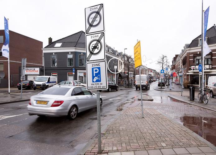 De grens van de milieuzone aan het begin van de Damstraat, gezien vanuit de Graadt van Roggenweg. Binnen het rondje is de camera zichtbaar.