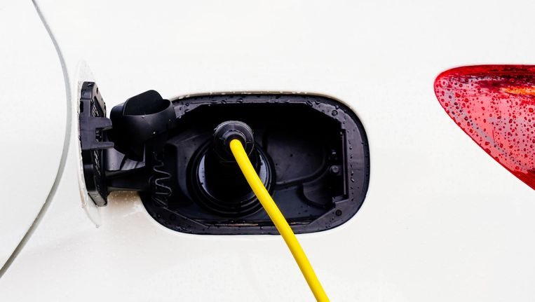 Om de accu's van een elektrische auto dienst te laten doen als buffer, moet de wagen wel steeds met het net verbonden zijn. Beeld Getty