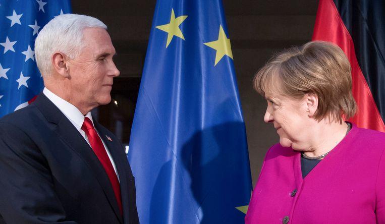 Vicepresident Mike Pence en bondskanselier Angela Merkel tijdens de veiligheidsconferentie in München, 16 februari 2019. Beeld Sven Hoppe/dpa
