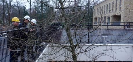 Twee grote eiken onder de grond geplant in parkeergarage Kroondomein Ermelo