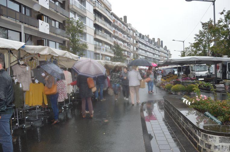 De opkomst van bezoekers op de markt was niet zo hoog door het slechte weer.