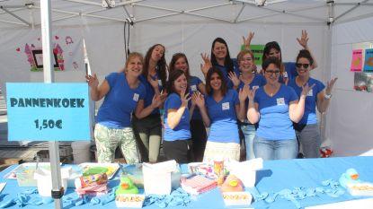Baby Biebel Box Team verkoopt pannenkoeken op de Huldenbergse Feesten