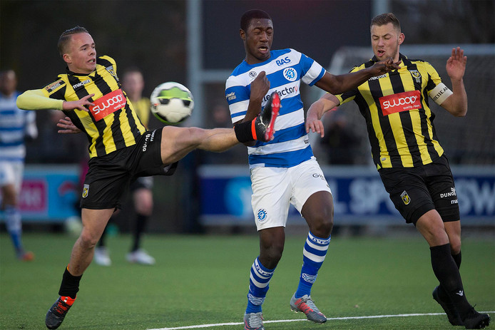 De Graafschap-spits Kyvon Leidsman (midden) in actie tegen Jong Vitesse.
