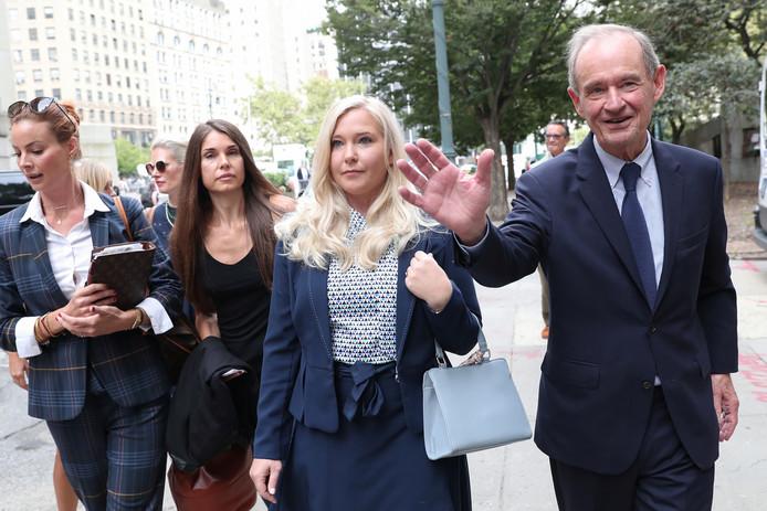 Virginia Giuffre (met witte tas) naast haar advocaat David Boies.