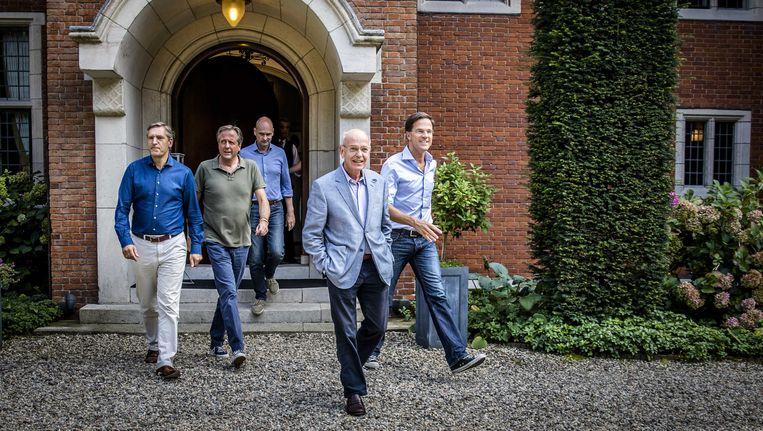 De onderhandelaars Sybrand Buma (CDA), Alexander Pechtold (D66), Gert-Jan Segers (ChristenUnie), informateur Gerrit Zalm en Premier Mark Rutte vorige week op landgoed De Zwaluwenberg Beeld anp