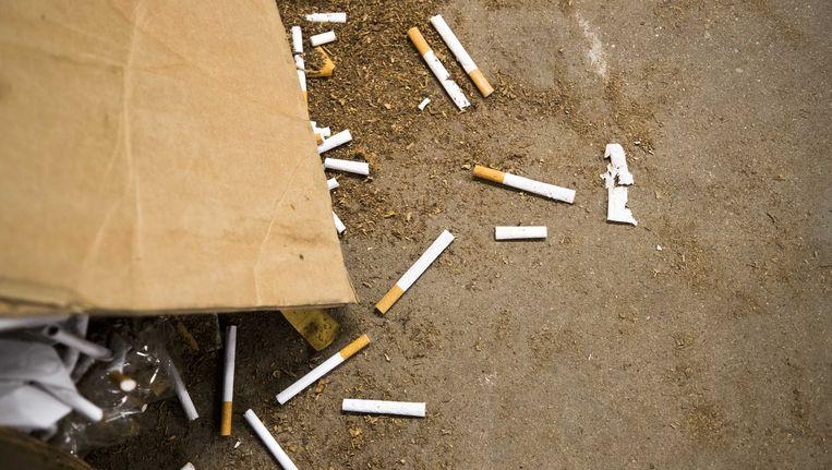 Sigaretten op de grond in de illegale sigarettenfabriek die door de FIOD in juni werd opgerold op een industrieterrein in de wijk Overvecht Beeld null
