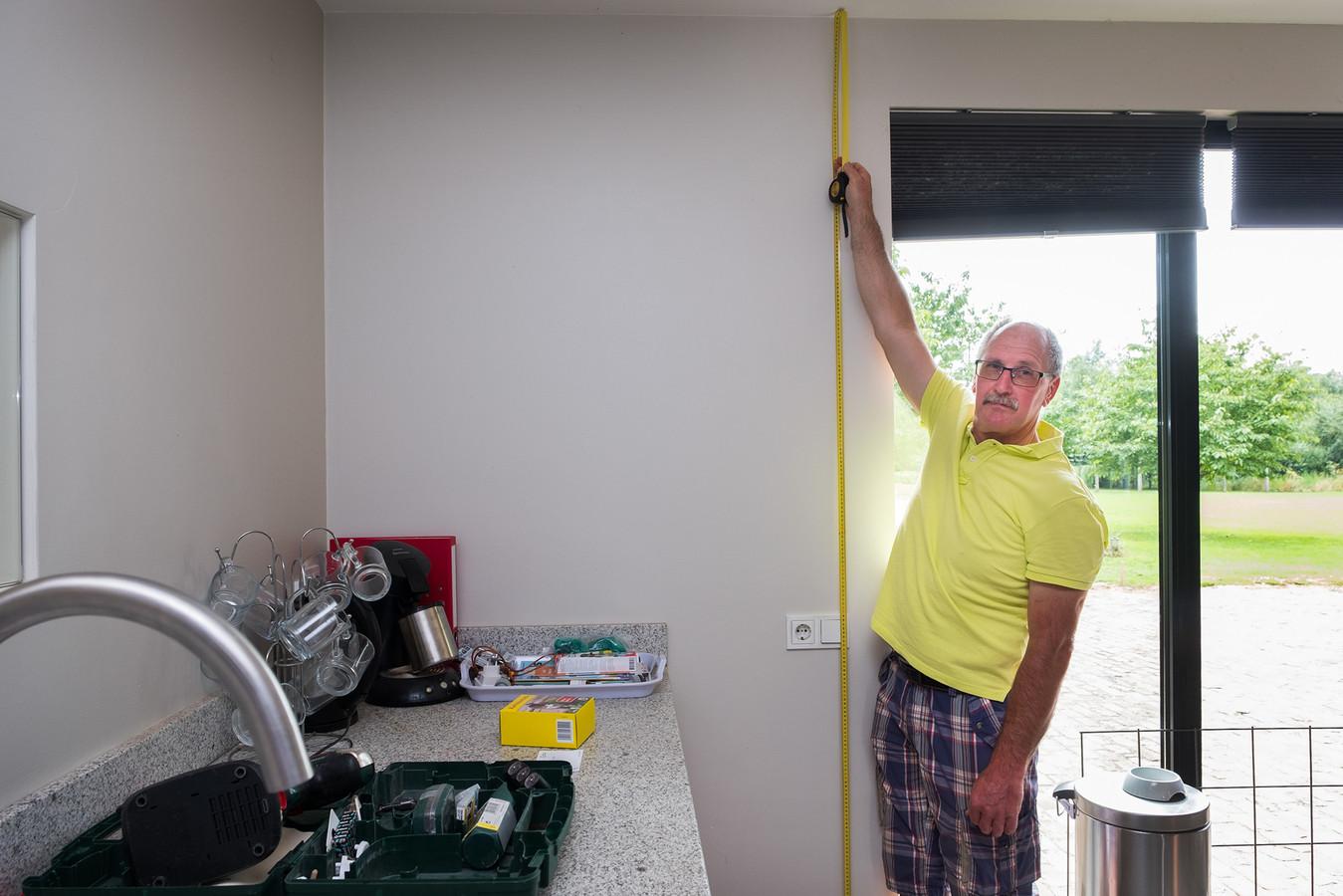 Max Höppener toont aan hoog het water komt bij hem in huis kan komen als het project de Lob ven Gennep doorgaat.