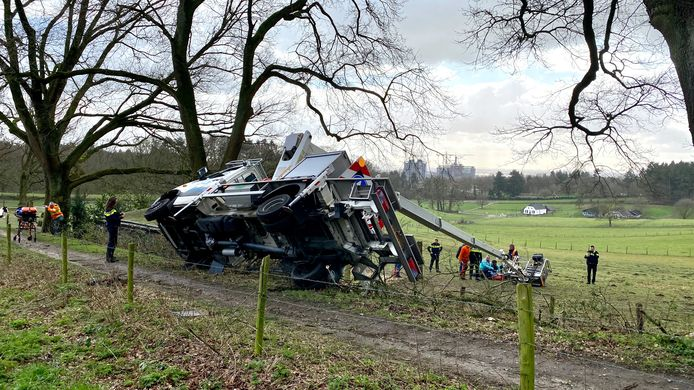 Bij een ongeval met een hoogwerker aan de Weg naar de Stenen Tafel in Arnhem is een zwaargewonde gevallen.
