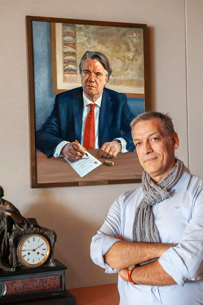 Eduard Baçe bij het door hem geschilderde portret van Wim van de Donk. Foto Olaf Smit