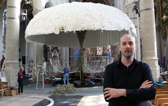 Tom De Houwer bij zijn creatie in de kerk.