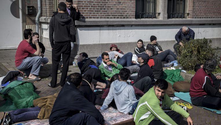 De asielzoekers voor de noodopvanglocatie aan de Havenstraat. Beeld Rink Hof