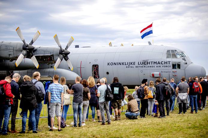 Bezoekers tijdens de Luchtmachtdagen op vliegbasis Volkel.