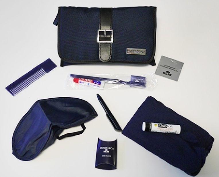 Het oude tasje, dat werd ontworpen door Viktor & Rolf, met inhoud Beeld KLM