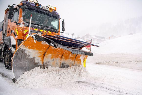 Een sneeuwploeg in Obertauern in Oostenrijk.