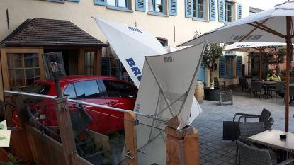 Auto crasht op terras, klant kan net op tijd wegspringen