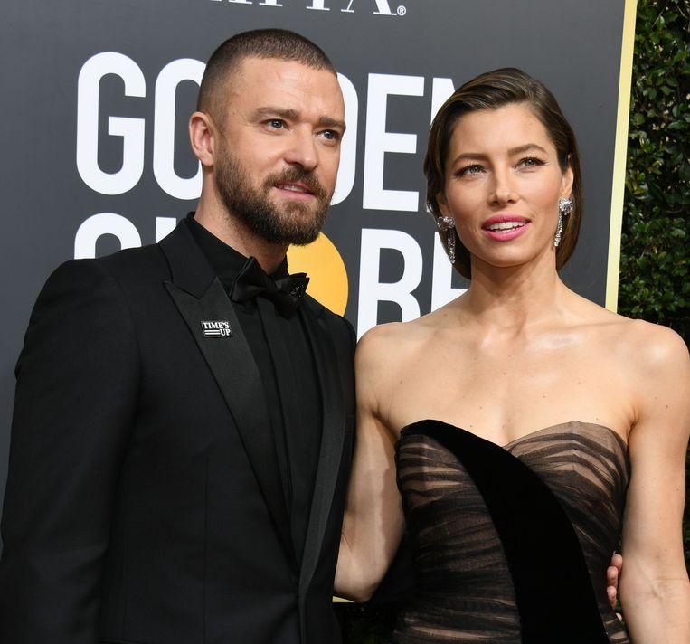 Zanger en acteur Justin Timberlake en actrice Jessica Biel arriveren samen op de rode loper. Timberlake hulde zich voor de gelegenheid volledig in het zwart.