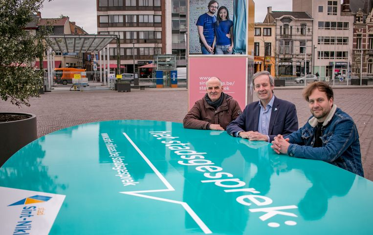 Burgemeester Lieven Dehandschutter, schepen Bart De Bruyne en Jan Smet van de communicatiedienst maken zich op voor een grote participatiecampagne.