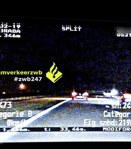 Automobilist racet met 210 km/u over de N261 en seint naar agenten dat ze aan de kant moeten