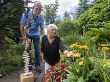 Een kijkje nemen in de tuin van Enschedeërs Joke en Wim: 'Wel op eigen risico'