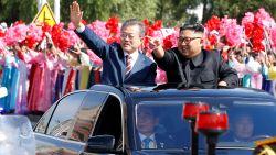 Kim Jong-Un en Moon Jae-In al zwaaiend door Pyongyang