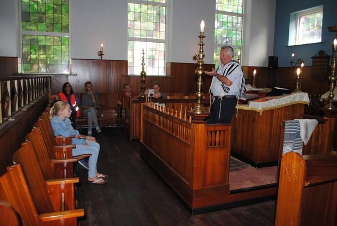 Kinderen in de synagoge krijgen uitleg.