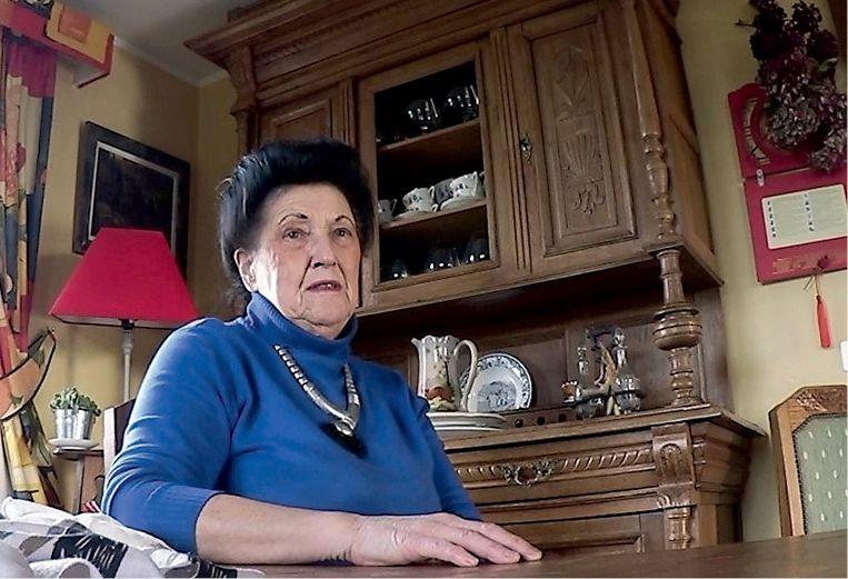 Marie-Paule Collette maakt als eerste de politie attent op Clara Maes als verdachte. De agenten noteren: 'Mevrouw Collette drukt ons op het hart dat we de deur goed moeten sluiten, zodat niemand nog de woonst kan betreden.' Beeld