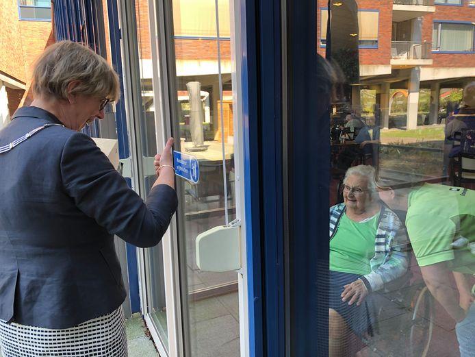 Op de begane grond van De Zellebergen sprak burgemeester Heleen van Rijnbach ook nog met de honderdjarige To Kouters-Van der Horst.