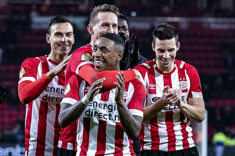 PSV staat met 42 op 45 op kop in de Eredivisie, Ajax volgt op twee punten.