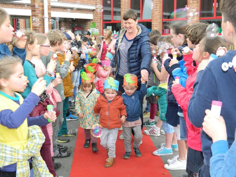 De 100 kleuters mochten over de rode loper en werden verrast door de kinderen van de lagere school, die een bellenblazende erehaag vormden.