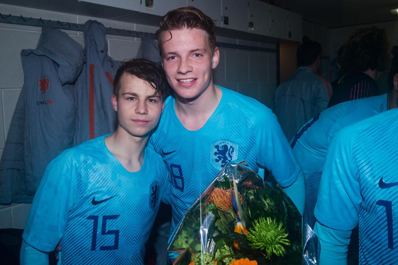 NEC-jeugdspelers Dirk Proper (links) en Syb van Ottele na het behalen van het EK Onder 17.