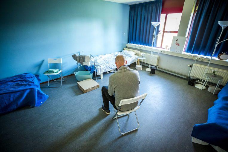 Een dakloze in de tijdelijke dag- en nachtopvang (DNO) van het Leger des Heils in de voormalige gevangenis Overmaze. Beeld ANP