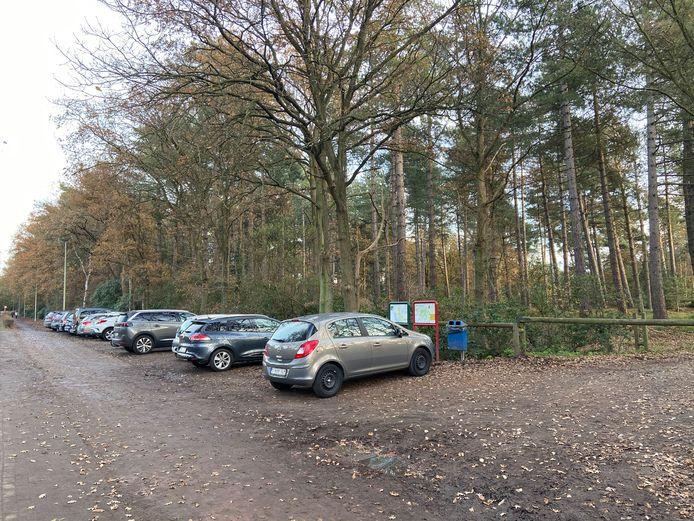 Aan het Mastenbos op de Oude Galgenstraat staat de parking dikwijls vol, zeker nu we massaal de bossen intrekken om tijdens de lockdown te wandelen