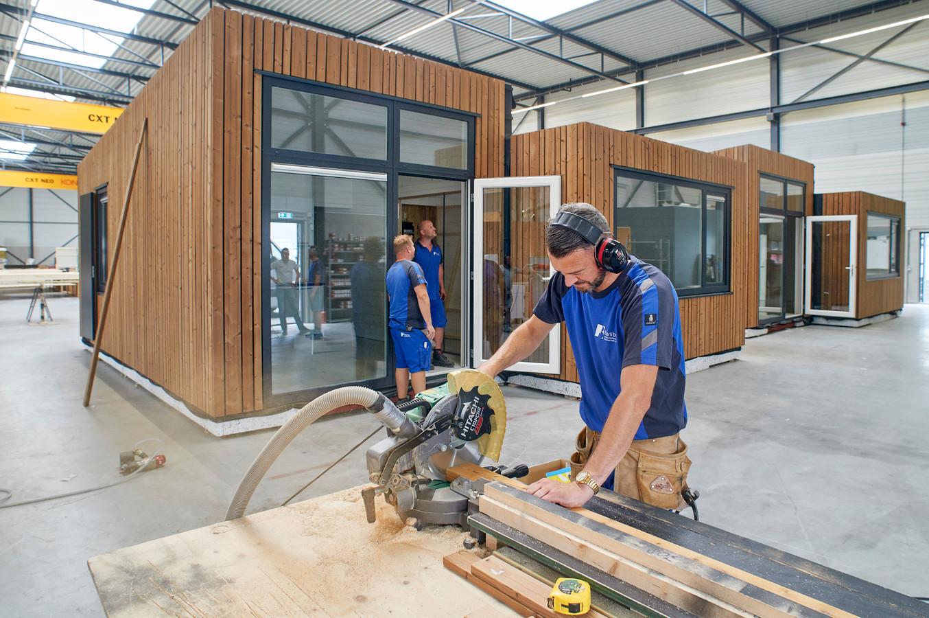 De productie van vakantiehuisjes is bij Barli in Uden in volle gang.