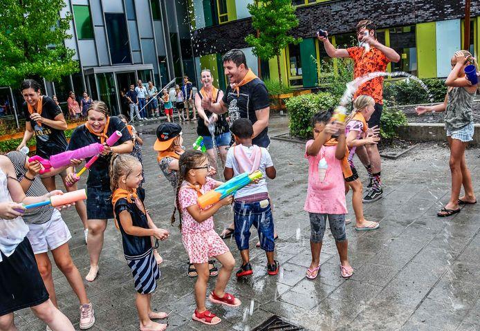 Watergevechten hoorden tot de dagelijkse spelletjes tijdens het kindervakantiewerk in Tilburg-Noord, dat in afgeslankte vorm doorging.