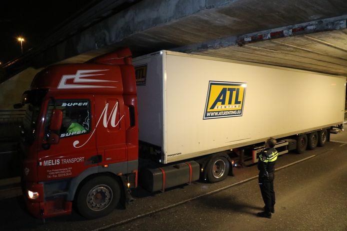 5-1-2018: Wéér vrachtwagen vast onder Waalwijks viaduct