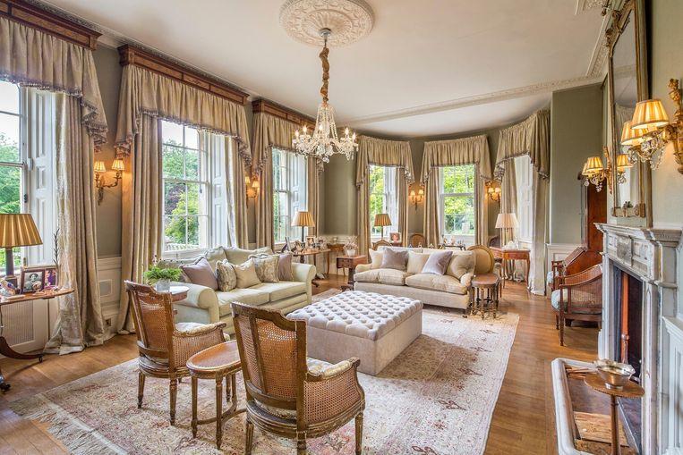 De woonkamer ademt luxueuze Engelse klasse uit.