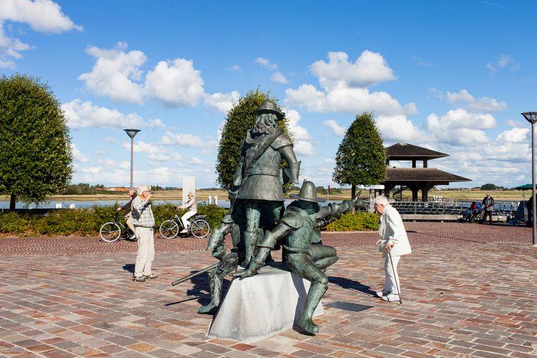 Een van de memorietekens in Nieuwpoort: het standbeeld van bevelhebber Prins Maurits van Nassau. Beeld Renate Beense