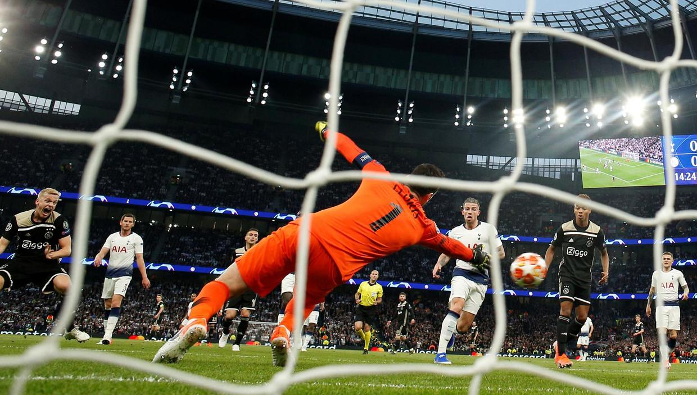 Donny van de Beek (l) scoort tegen Tottenham Hotspur in de eerste helft van de wedstrijd.